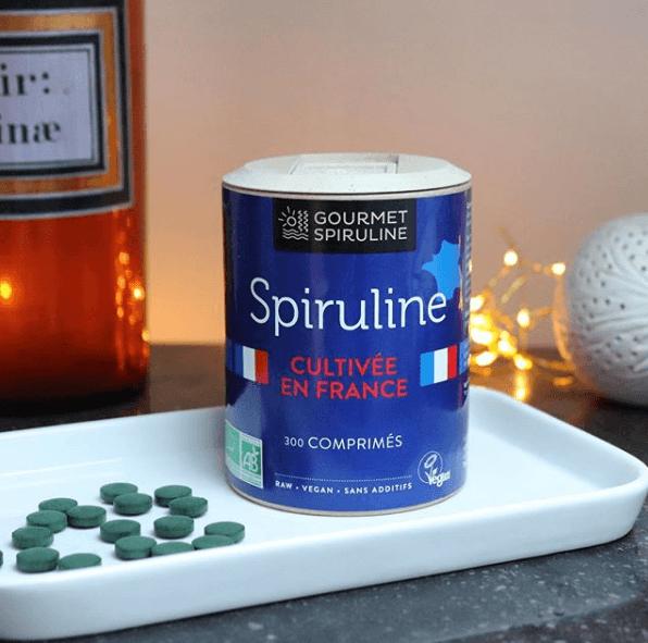 ¿Qué es la espirulina? Propiedades, beneficios, cómo tomarla y cuáles son sus contraindicaciones bote pastillas