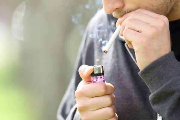 Hombre encendiendo cigarro
