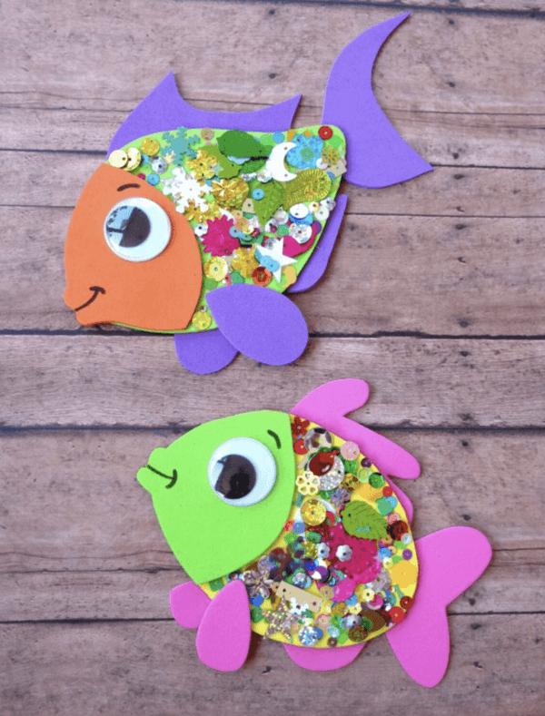 Ideas para hacer manualidades de animales con materiales reciclados peces con brillo