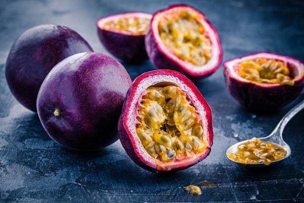 Que frutas y verduras comer en agosto calendario de temporada maracuya