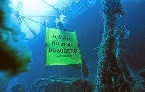 Protesta submarina contra la basura en el mar de Ibiza